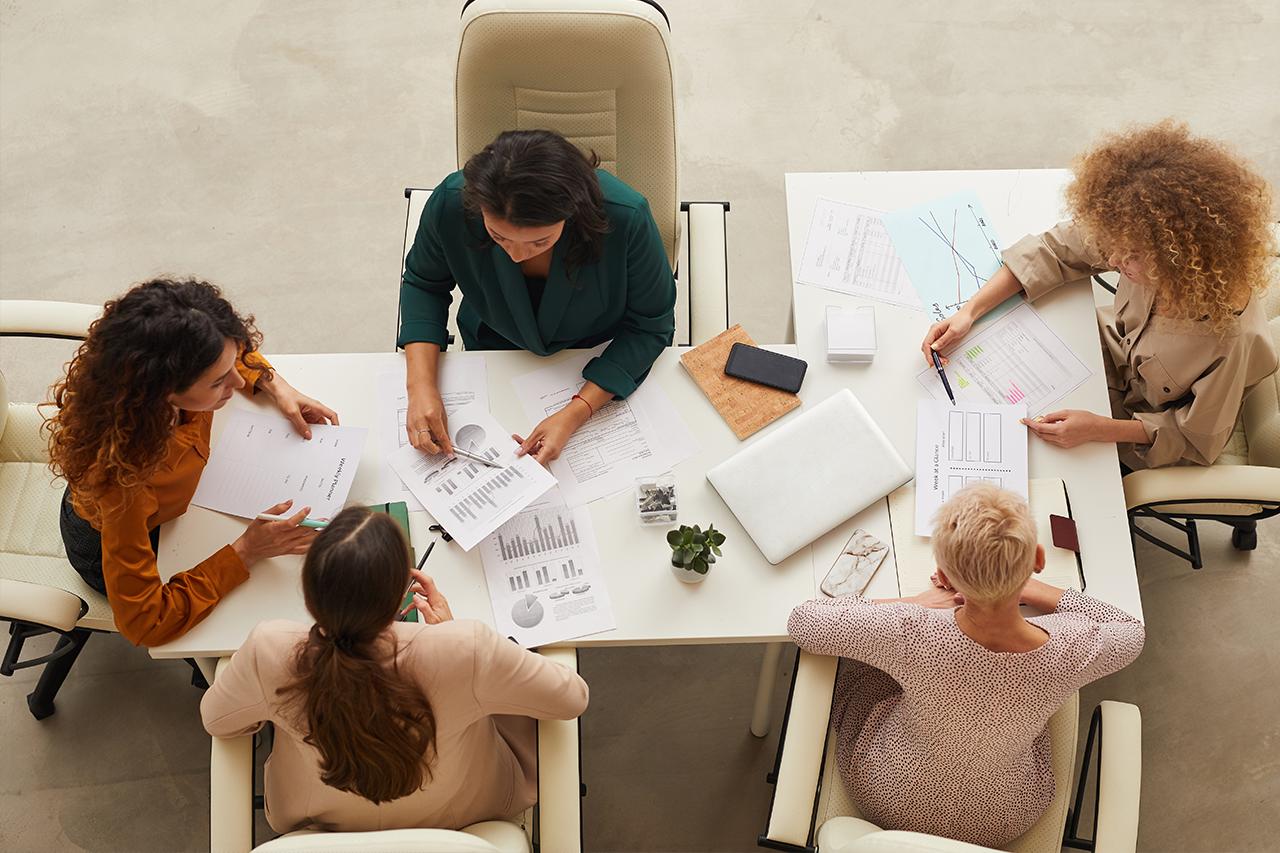 Profissões em alta para 2021, pessoas trabalhando ao redor de uma mesa